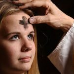 Sacerdote imponiendo la cruz de ceniza