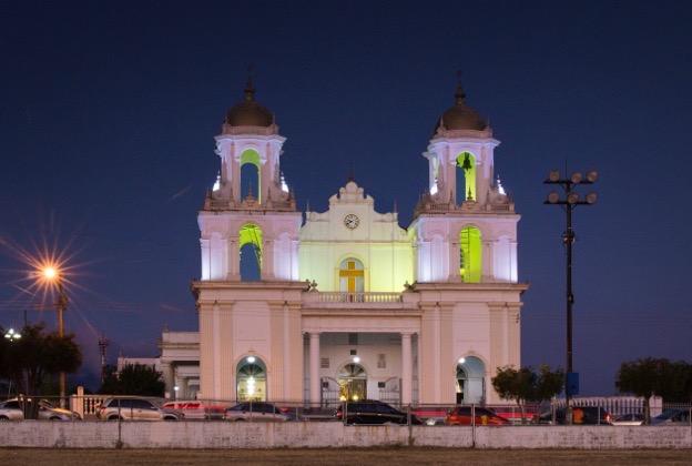 Vista de la Basílica desde la plaza al atardecer