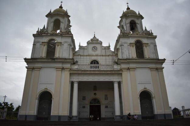 Foto del frente de la Basílica de Santo Domingo de Guzmán en Heredia